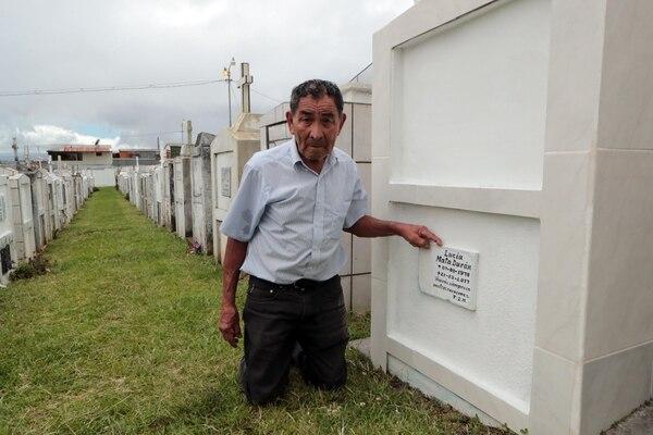 Don Jenaro visita con frecuencia la tumba de su hija en el cementerio del Alto de La Trinidad de Moravia. Foto: Alonso Tenorio