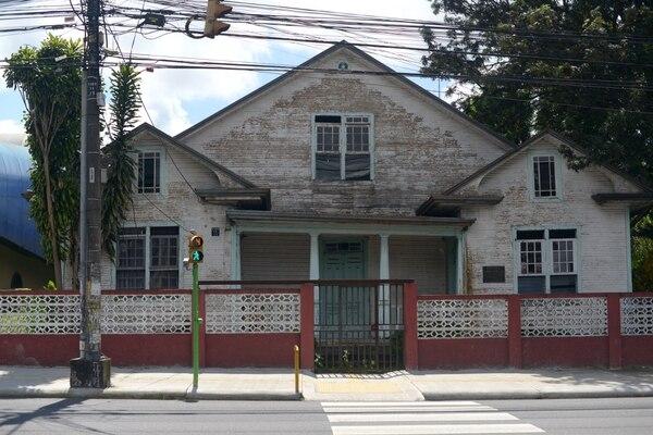 La antigua escuela Fernando Centeno Güell resiente el paso de los años y la falta de trabajos de mantenimiento. Este edificio se construyó en la década de 1920. José Díaz / Agencia Ojo por Ojo.