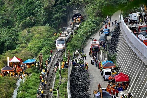Cientos de rescatistas se hicieron presentes al túnel en las montañas de Hualien. AFP