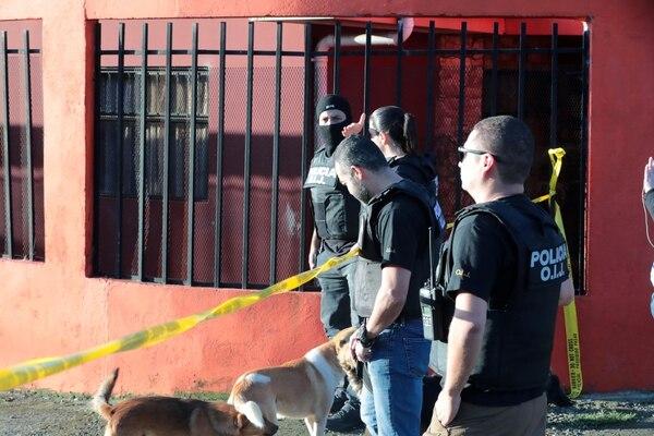 Los agentes cerraron el lugar donde detuvieron al abogado. Foto Alonso Tenorio.