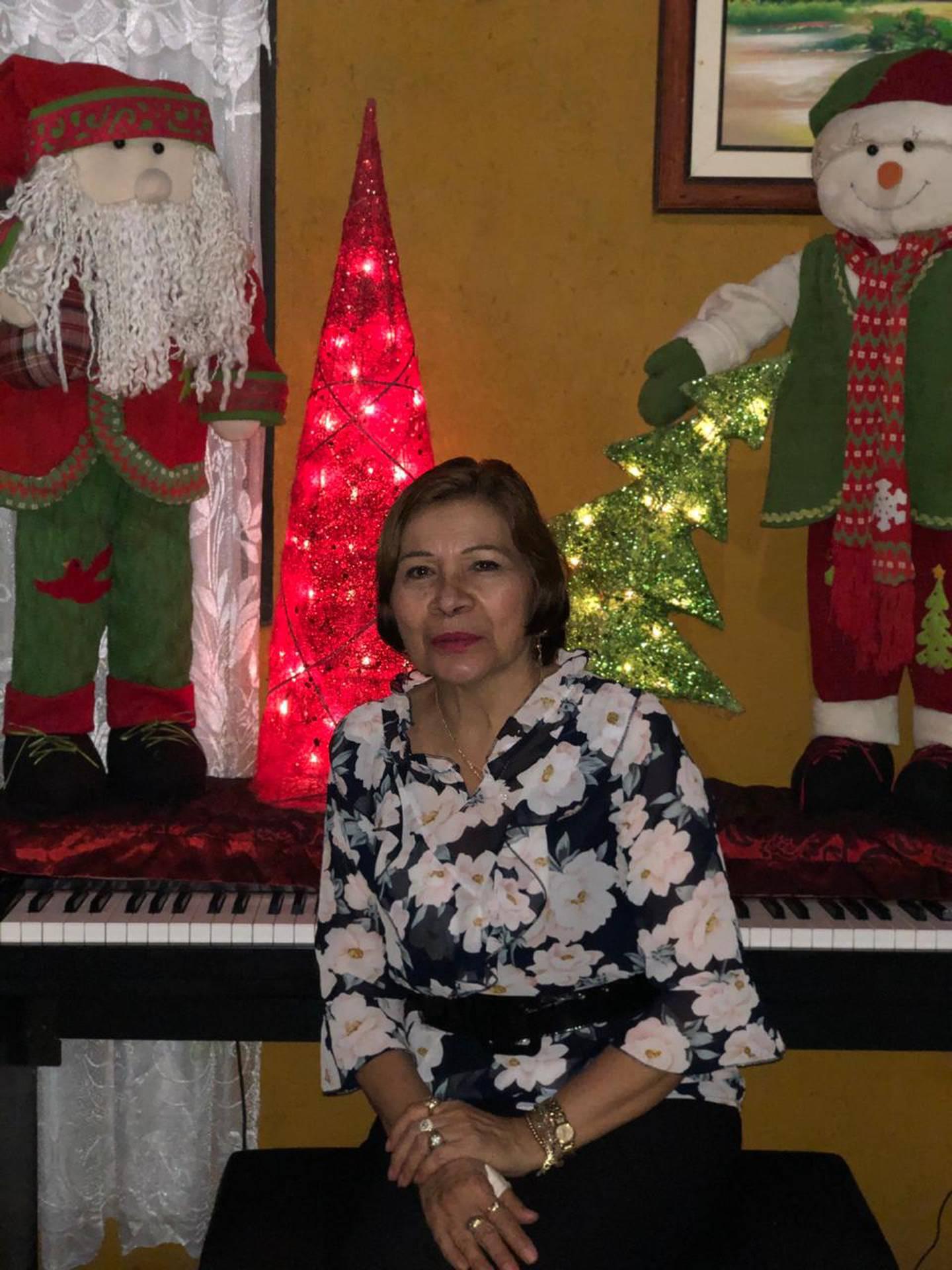 Ana González, quien tiene 63 años y vive en San Antonio de Desamparados, que ella tenía las banderas y escudos de Costa Rica adornando la parte de afuera de la casa, pero por dentro ya todo era navideño.