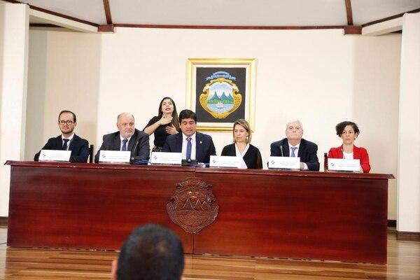 Los nuevos miembros del gabinete son Juan Luis Bermúdez, ministro de Desarrollo Humano e inclusión social y Nancy Marín, ministra de Comunicación, a los extremos de la mesa. Foto: Albert Marín