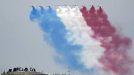 Francia homenajea a héroes cajeros, médicos, empleados del correo