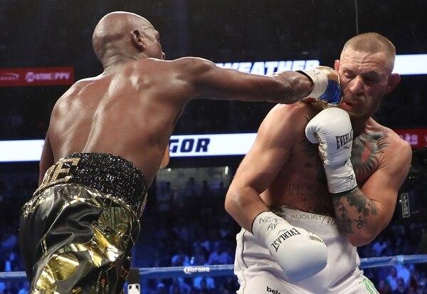 Mayweather y McGregor se enfrentaron el 26 de agosto del año pasado en las Vegas en un ring de boxeo. Foto: AFP.