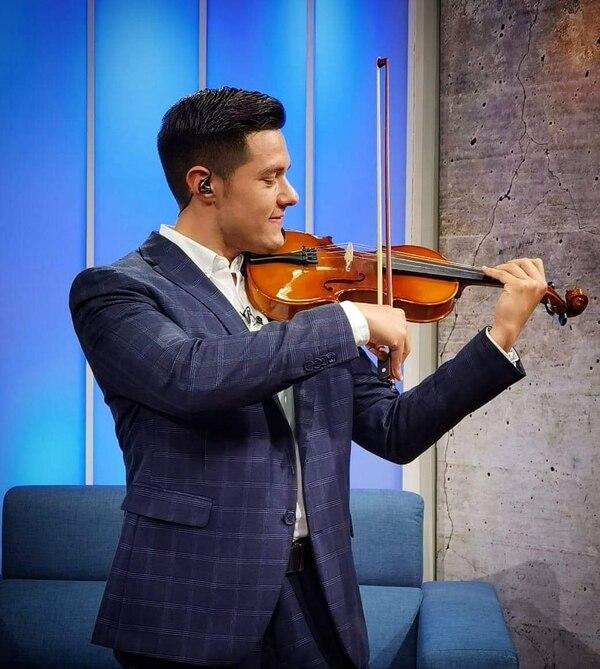 Pablo ha matado fiebre y estrés tocando violín. Cortesía.
