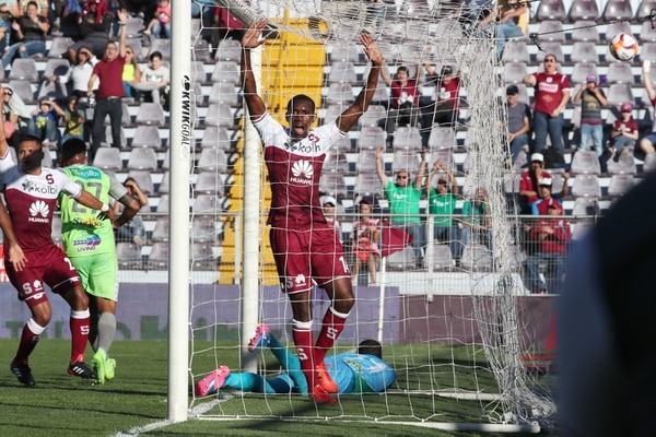 Dexter la sacó de adentro, pero el árbitro central ni su asistente vieron que la bola cruzó la línea. Fotografía: John Durán