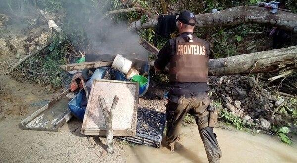 El Ministerio de Seguridad informó de que el operativo en Crucitas se mantendrá todo el tipo que sea necesario. Foto: Carlos Hernández