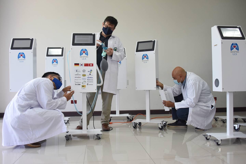 """Después de14 meses de trabajo, un equipo de investigadores del proyecto """"Respira UCR"""" terminó la construcción de 10 ventiladores mecánicos que donarán a la CCSS"""