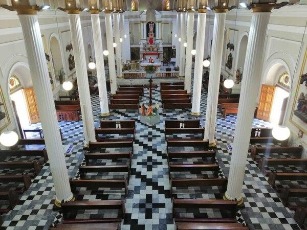 Así se vio la misa de mediodía en la iglesia La Soledad. Al fondo, solito, el sacerdote Carlos Humberto Rojas.