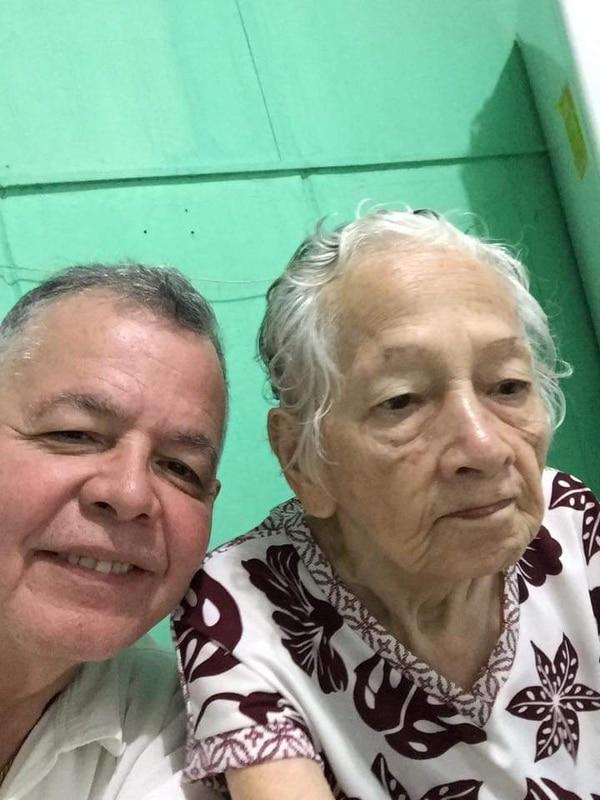 Luis Alberto Campos Zamora junto a su mamá María Luisa Zamora. Foto: Cortesía Patricia Zamora