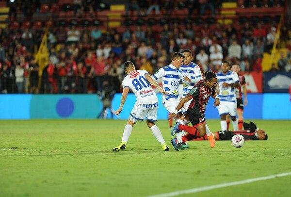 A McDonald le dieron tieso y parejo durante el juego. Jorge Navarro