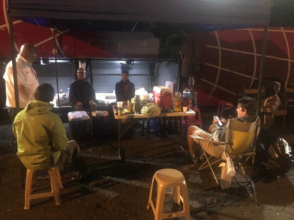 Así están acampando los transportistas de turismo frente a las oficinas del Mopt en Plaza Víquez. Cortesía.