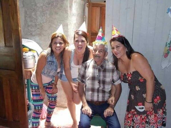 Don Carlos es uno de los más chineados de la casa, por eso su familia lo sigue buscando. Foto: Cortesía de Marcela Vargas.