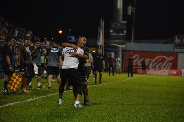 José Giacone, técnico de Pérez Zeledón, se abraza con uno de sus asistentes luego de la anotación con que Anthony López le dio la victoria a Pérez Zeledón ante Saprissa, 3-2. Fotografía: Mario Cordero