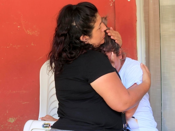 Doña Yendry Vásquez y su hermana Xiomara (de negro) están viviendo la peor angustia de sus vidas.Foto: Rafael Pacheco