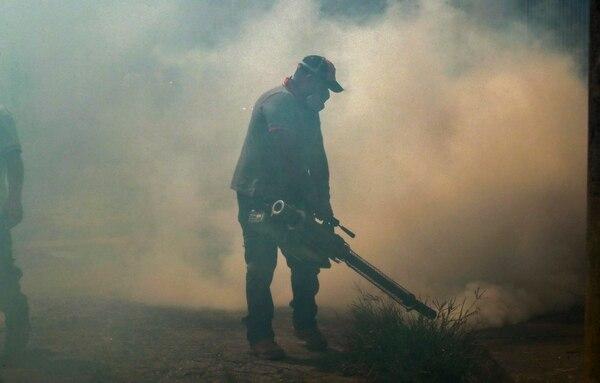 Además del objetivo ecológico, la Llantatón busca disminuir los criaderos de mosquitos. Foto Alonso Tenorio.