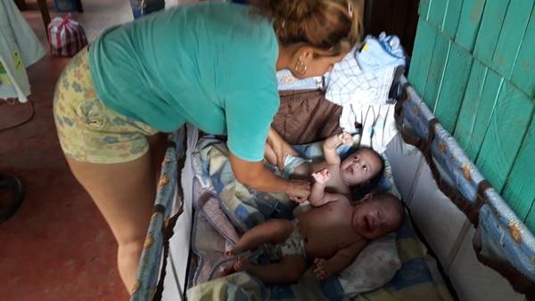 Adriana estuvo muy preocupada por sus gemelitos de apenas 7 meses de nacidos. Foto Alfonso Quesada.