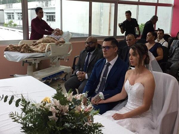 Christopher Estrada y Lucía Aguilar Sánchez en su boda, al fondo se observa la abuelita. Cortesía: Hospital de San Carlos