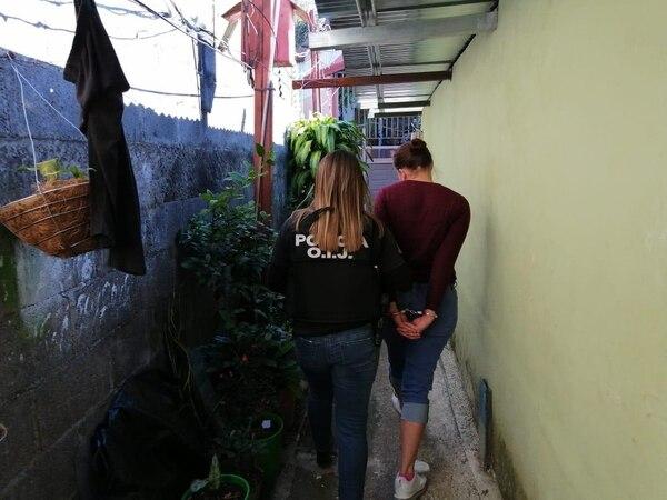 Dos mujeres y dos hombres fueron detenidos como sospechosos de los asaltos. Foto: OIJ