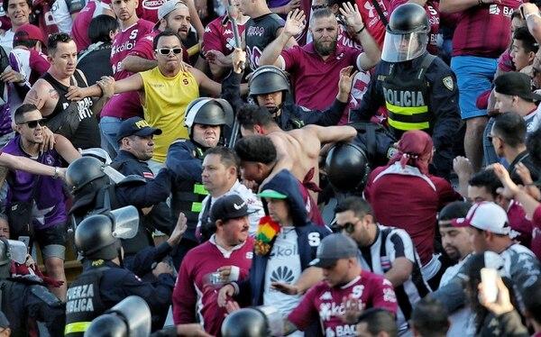 A los 34 minutos volvieron a suspender el partido por pleitos en las mismas graderías, volvió a reanudarse a los 47 minutos. Foto John Durán.