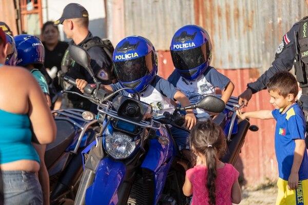 Los oficiales dejaron a los niños subirse en las motos. Foto: José Cordero.