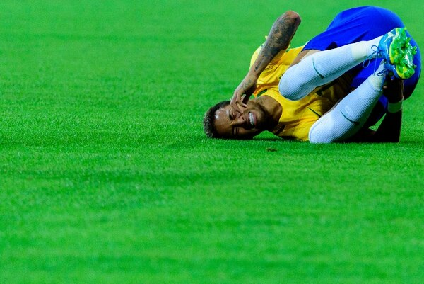 Neymar pasó 14 minutos en el suelo fingiendo faltas durante los cinco partidos que jugó en Rusia 2018.