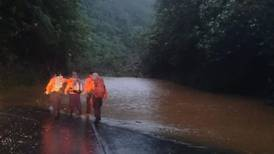 Autoridades reportan que pasajeros de buses atrapados por deslizamientos en la carretera a Limón están a salvo