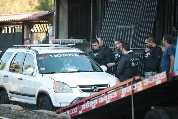 El carro en que se vio a la joven la última vez fue llevado al Complejo de Ciencias Forenses para inspeccionarlo. Foto Alonso Tenorio