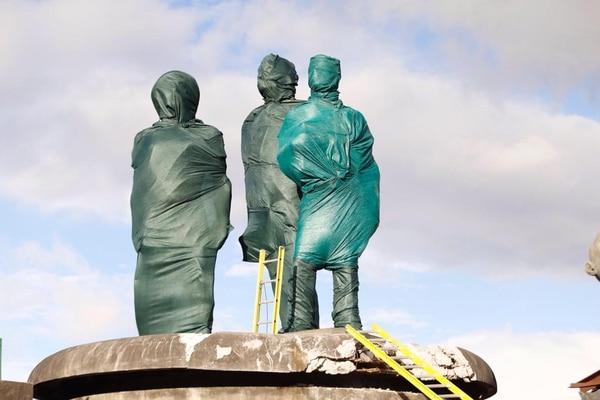 Las estatuas fueron cubiertas con telas. Foto: Albert Marín.