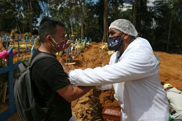 Izaías se viste de pies a cabeza con equipo de protección anticoronavirus. AFP