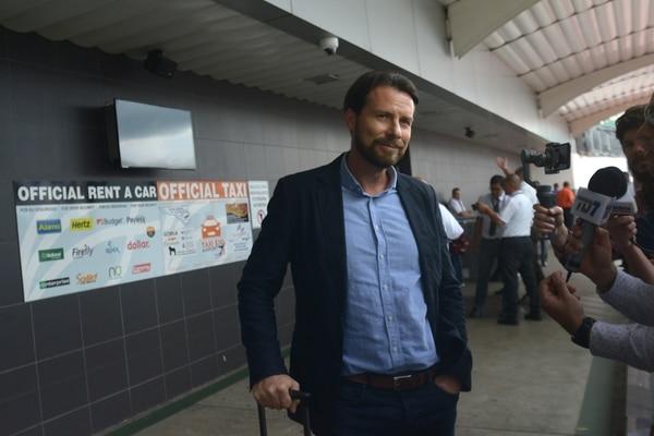 Víctor Cordero, gerente deportivo morado, llegó con la satisfacción del deber cumplido. Fotografía: Agencia Ojo por Ojo