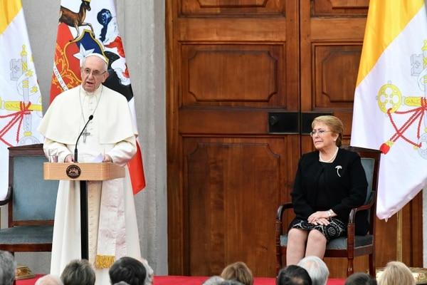 La presidenta chilena Michelle Bachelet recibió al obispo de Roma este martes. AFP