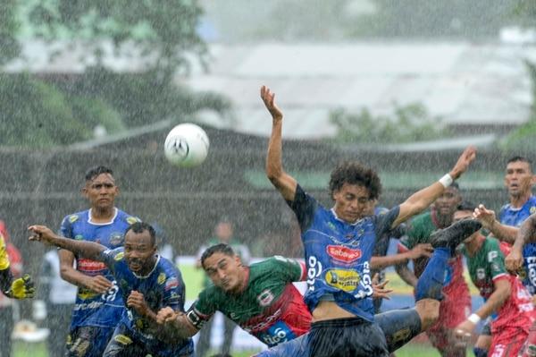 Con el aguacero que cayó, era muy complicado y peligroso jugar en Nicoya. Foto Jorge Castillo