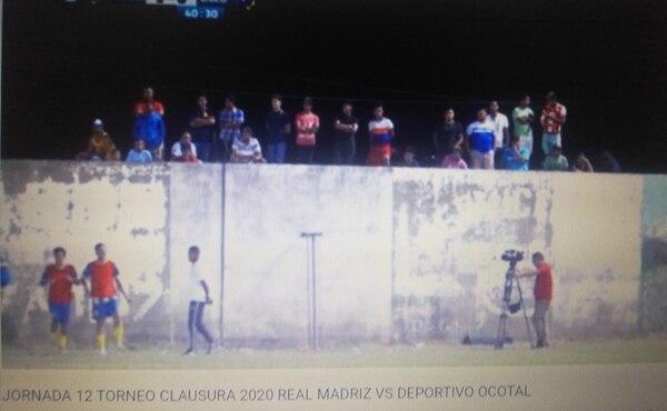 Apenas dio la altura del camión para ver al Real Madriz contra la Juventus. Foto: Youtube