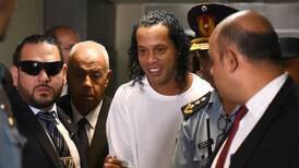 Ronaldinho cumplirá un mes de estar metido en el tabo
