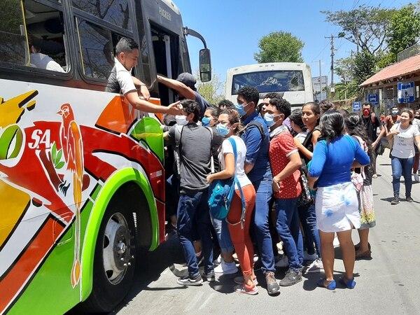 La gente en las calles hace lo que puede, usan mascarillas pero les cuesta el distanciamiento social. Foto cortesía del periódico La Prensa de Nicaragua.