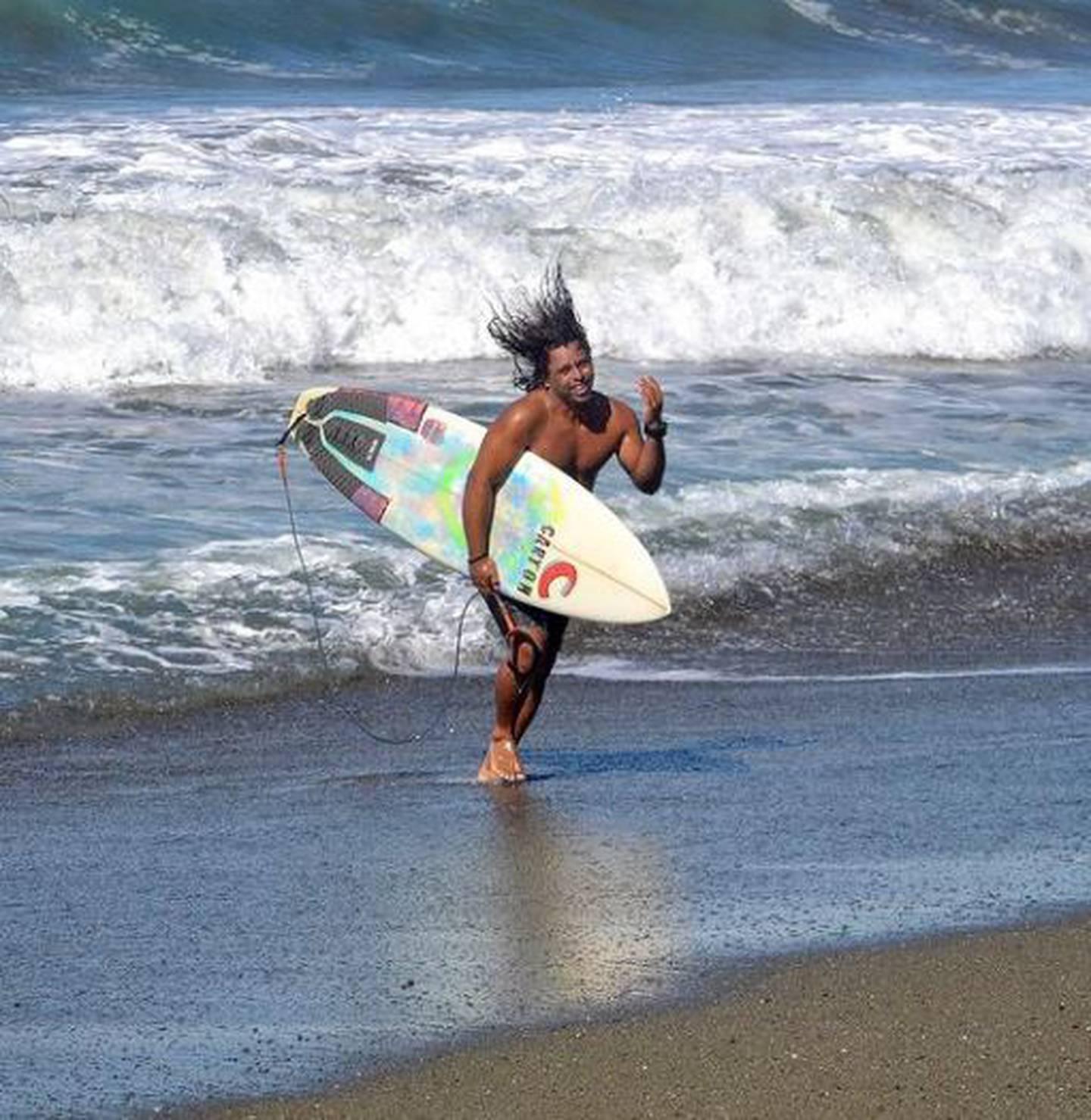 El surfista Aarón García conoce a Brisa Hennessy desde que era una bebé. Instagram.