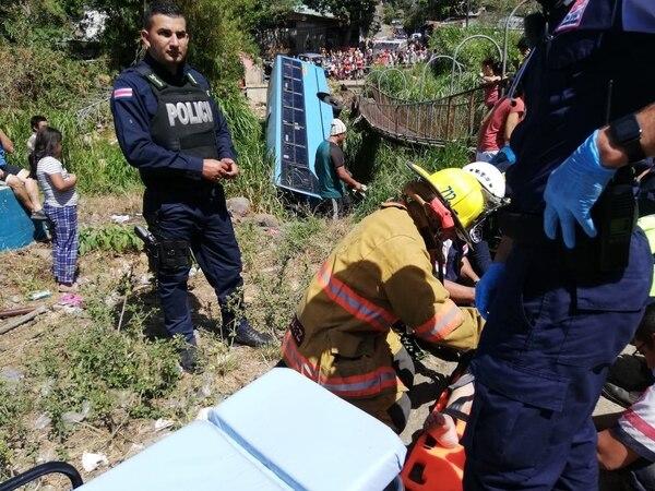 La emergencia fue atendida por bomberos, cruzrojistas y policías. Foto: Bomberos.