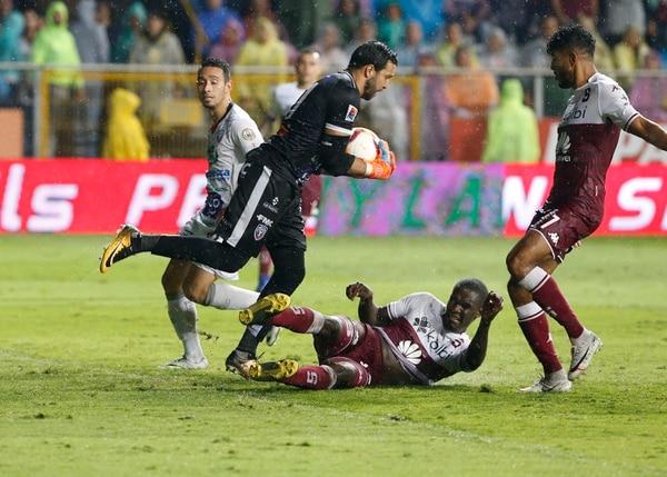 Rubilio Castillo llega tarde a una pelota filtrada frente a la puerta de San Carlos. Marco Madrigal, se quedó con la redonda. Foto: Albert Marín.