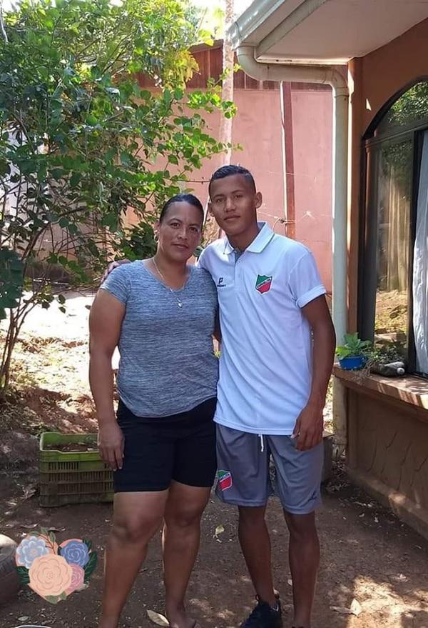 Nextaly Rodríguez junto a su madre Xinia Medina, en la época como jugador del Carmelita. Foto facebook