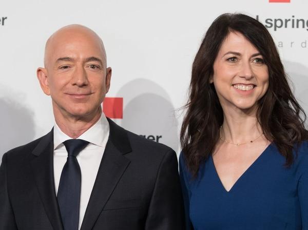 La pareja tiene cuatro hijos y se conocieron mucho antes de que naciera la conocida empresa de ventas en línea. AFP