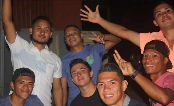 Juan Carlos (abajo a la izquierda) y José Pablo (tercero de izquierda a derecha) saldrán juntos de su querido ADG. Foto: Facebook Juan Carlos Martínez.