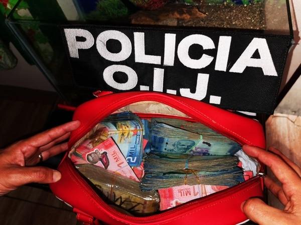 Los agentes les decomisaron un montón de plata a los sospechosos. Foto: OIJ.