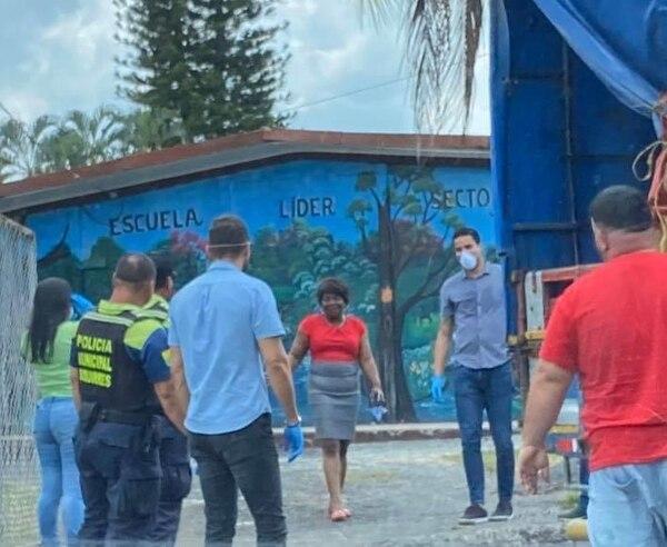 El portero Esteban Alvarado repartió diarios en su tierra natal, Siquirres. Foto: Cortesía
