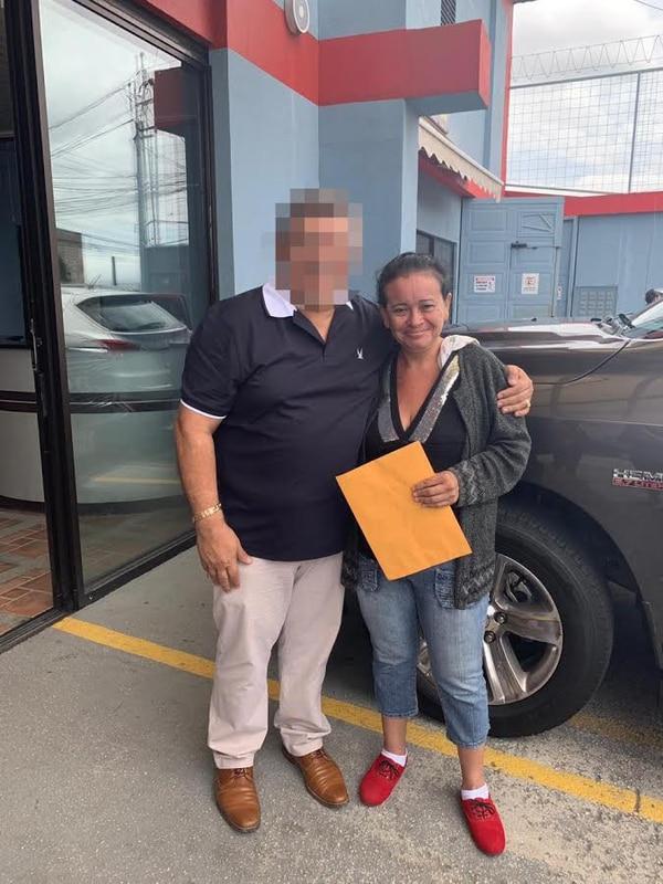 El hombre se tomó una foto con doña Luz Marina luego de salir de prisión. Foto: Cortesía.