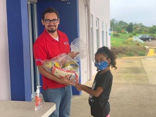 Las donaciones se entregan a las familias y a la iglesia Granero de Dios de Vida Abundante de Heredia . Foto: Cortesía.