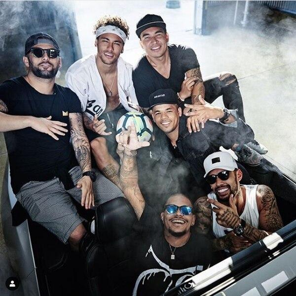 Neymar les paga a sus amigos para que les haga compañía. Foto: Diario AS
