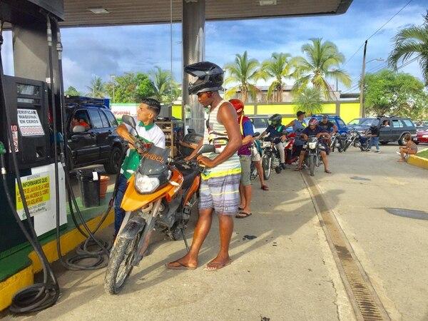 La gasolina mantendrá su precio mientras dure la crisis.