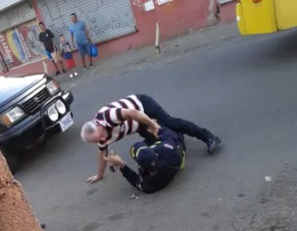 El taxista de apellido Morales, de 56 años quedó detenido, él se negó hacerse voluntariamente la alcoholemia. Foto: Captura de video