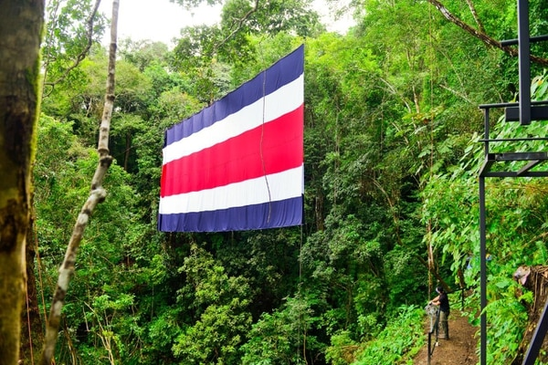 La bandera del turismo, como se le denominó a la nueva banderota, está en Jacó. Foto Cortesía ICT